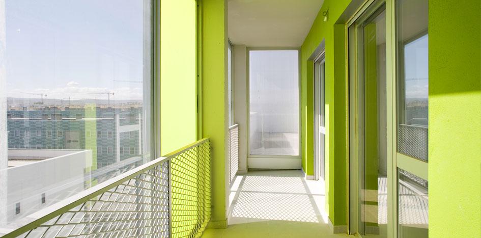 incidencia solar sobre la fachada de la vivienda en una galería acristalada
